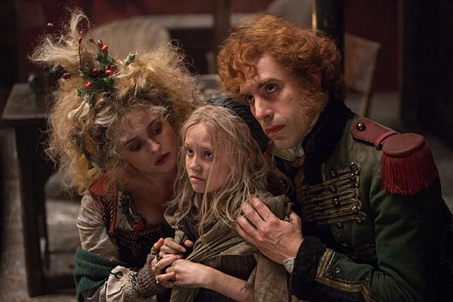 レ・ミゼラブル2012映画のテナルディエ夫妻とコゼットの画像